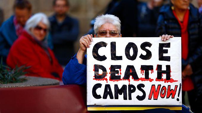 """Bei einer Demonstration in Sydney verlangen die Menschen die sofortige Schließung des """"Todeslagers""""."""