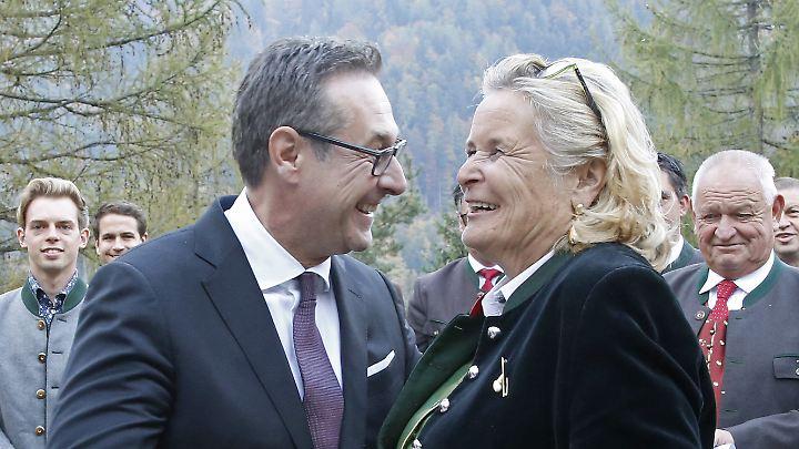 FPÖ-Chef Heinz-Christian Strache erhält von Haiders Witwe Claudia die Jörg-Haider-Medaille.