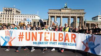 """Zeichen gegen Rassismus in Berlin: Veranstalter: 242.000 Menschen bei """"Unteilbar""""-Demo"""
