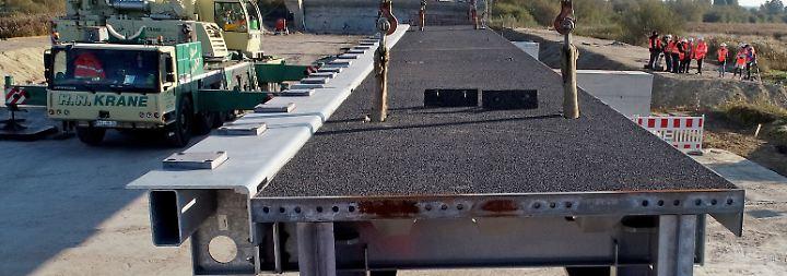 Über die dann 773 Meter lange Brücke sollen Autofahrer die Baustelle voraussichtlich ab Dezember wieder einspurig in jede Fahrtrichtung passieren können.