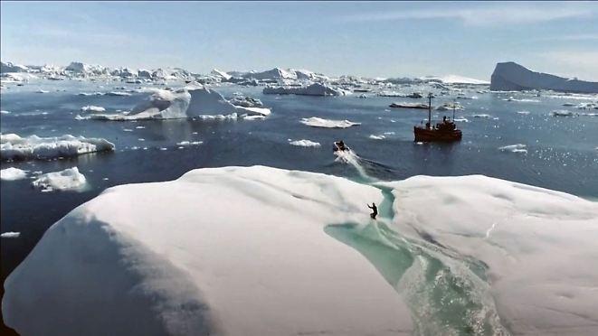 Atemberaubend ausgefallenes Abenteuer: Russe boardet durch schroffe Eismeer-Schönheit