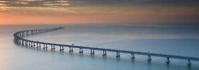 Der 55 Kilometer lange Bau besteht aus einer sich schlängelnden Brücke …