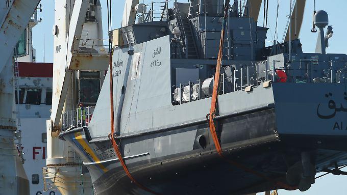 Ein Küstenschutzboot für Saudi-Arabien wird Anfang Juli im Hafen von Sassnitz auf ein Transportschiff verladen.