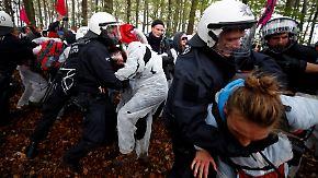 Bagger besetzt und Bahngleise gestürmt: Hunderte Braunkohlegegner blockieren RWE-Tagebau