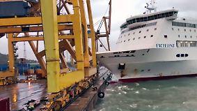 Kaum zu glauben, aber wahr: Fähre kracht in Pier, umstürzender Kran fängt Feuer
