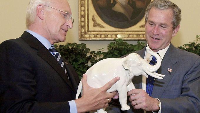 Vorreiter auf dem weißen Elefanten: Edmund Stoiber  überreicht ein Gastgeschenk an den damaligen US-Präsidenten George W. Bush.