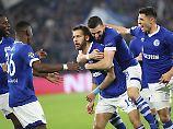 Nach vier Minuten schießt Guido Burgstaller seine Schalker äußerst sehenswert in Führung.