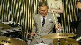 Schlagzeugspielen kann er auch, wie Charles 2002 bewies.