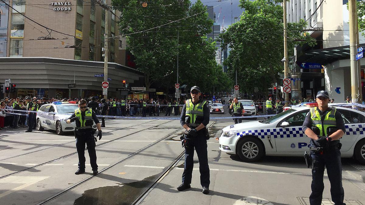 Se sospecha que un asaltante murió: un hombre apuñaló personas en Melbourne
