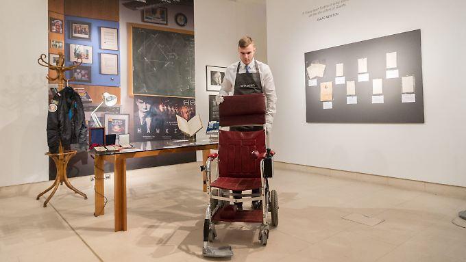 Mehr wert als gedacht: Der Rollstuhl des Physikers wurde statt der geschätzten 17.000 Euro für ganze 320.000 Euro versteigert.