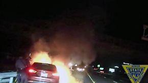 Kaum zu glauben, aber wahr: Polizisten zerren Bewusstlosen aus brennendem Auto