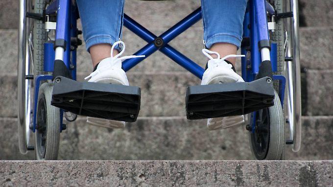 Die Muskeln von Holly Warland sind mittlerweile so schwach, dass sie die meiste Zeit liegen muss. Ansonsten ist sie auf einen Rollstuhl angewiesen.