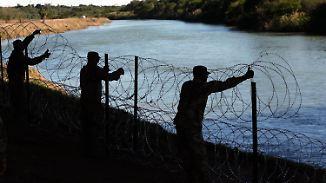 Immer mehr Flüchtlinge erreichen Grenze: US-Soldaten rollen meterweise Stacheldraht aus