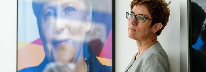 Führt Annegret Kramp-Karrenbauer die Politik von Angela Merkel fort oder steht auch sie für Veränderung?