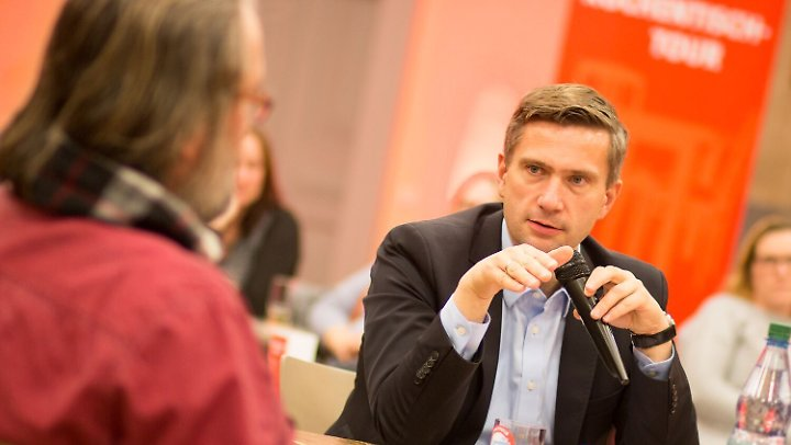 Martin Dulig ist stellvertretender Ministerpräsident und Wirtschaftsminister der schwarz-roten Koalition in Sachsen. Er führt außerdem die SPD in dem Land und ist seit dem Frühjahr Ostbeauftragter der Partei.