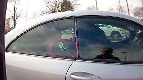 Mit Kamera und Kopfhörer durch Prüfung: Führerschein-Mafia bringt Unwissende auf die Straßen