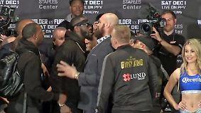 Chaotische Szenen vor Box-Showdown: Pressekonferenz eskaliert, Wilder attackiert Reporter