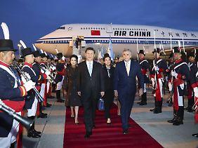 Problemlose Anreise quer über den Pazifik: Chinas Staatspräsident Xi Jinping beim Empfang in Buenos Aires.
