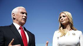 Mike Pence und Ivanka Trump sprechen nach ihrer Landung in Mexiko-Stadt mit Journalisten.