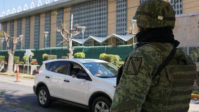 Ein mexikanischer Soldat bewacht das US-Konsulat nach dem Sprengstoffanschlag.