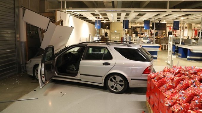 fahr bung geht schief 24 j hrige kracht mit auto in ikea filiale n. Black Bedroom Furniture Sets. Home Design Ideas
