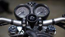 Das Beelini Moto lässt sich Kinderleicht mit unterschiedlichen Halterungen am Motorradlenker befestigen.