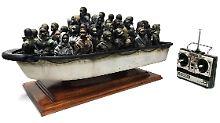 Satire oder Spielzeug?: Banksy verlost Miniatur-Flüchtlingsboot