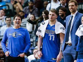 Da hat Mavs-Eigner Mark Cuban (l.) gut Lachen: Mit Luka Doncic und Dirk Nowitzki hat er zwei absoulute Topstars in seinem NBA-Team.