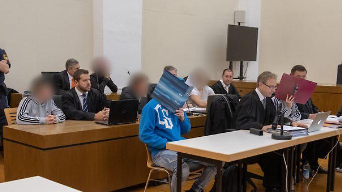 Die Angeklagten im Gerichtssaal in Passau.