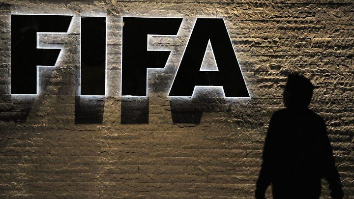 In einer ungewöhnlichen Situation greift die Fifa zu ungewöhnlichen Maßnahmen: Fußballprofi Al Oraibi fürchtet um sein Leben.