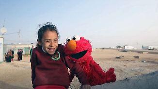 """Puppenprojekt für Flüchtlingskinder: """"Elmo"""" bringt traumatisierten Kindern Lachen zurück"""