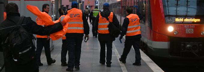 Chaos im Schienenverkehr: EVG droht mit neuen Warnstreiks