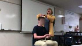 Festnahme nach Komplett-Ausraster: Lehrerin grölt US-Hymne und schneidet Schüler Haarbüschel ab
