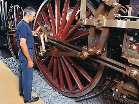 Ganz schön groß: Auf solchen Rädern sind Dampflokomotiven jahrzehntelang durch Deutschland gefahren. Die Lok-Oldtimer sind im Bahn-Museum in Nürnberg zu sehen.