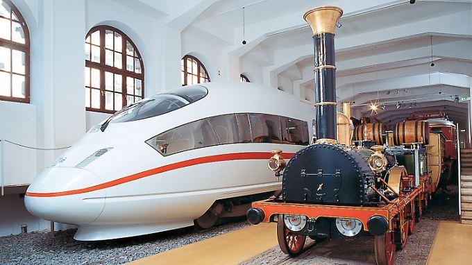 """In der Fahrzeughalle im Bahn-Museum in Nürnberg stehen sie direkt nebeneinander: ein Nachbau des """"Adler"""" aus dem 19. Jahrhundert und ein ICE 3."""