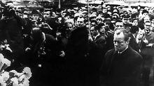 Brandt kniet am 7. Dezember 1970 vor dem Mahnmal im einstigen jüdischen Ghetto in Warschau, das den Helden des Ghetto-Aufstandes vom April 1943 gewidmet ist.