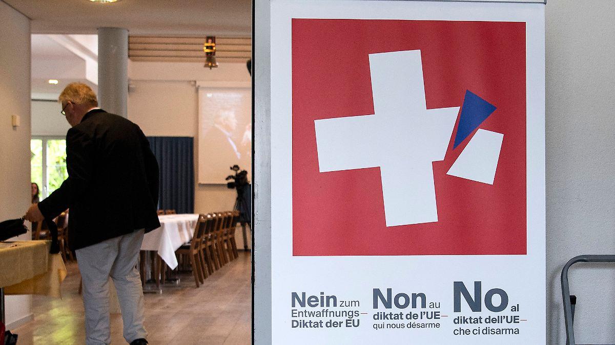 Schweizer für strengeres Waffenrecht