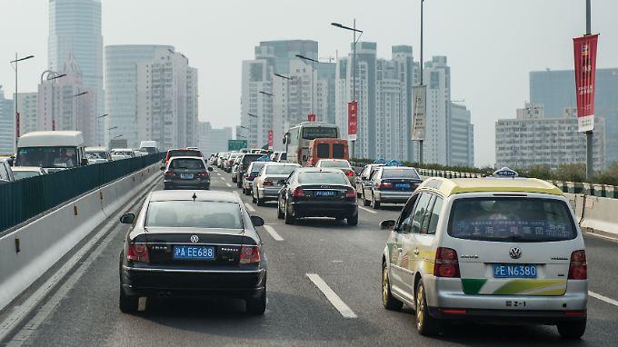 Es gibt sie, doch aus Sicht der Unternehmen sind es zu wenige: deutsche Autos auf Chinas Straßen.