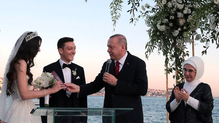 Schon Wieder Eine Hochzeit Ozil Mit Ehefrau Auf Stippvisite In Berlin N Tv De