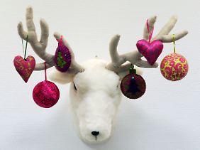 Warum nicht mal Weihnachtsschmuck aus buntem Stoff verwenden?