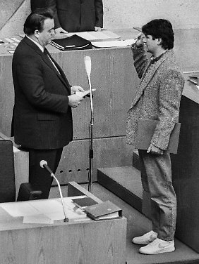 Hessens Ministerpräsident  Börner (l) vereidigt am 12.12.1985  im hessischen Landtag in Wiesbaden den grünen Umweltminister Fischer, der in Turnschuhen erschien.