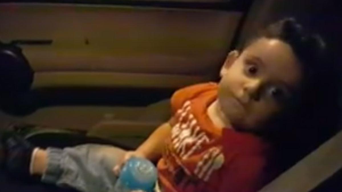 Protestierende beruhigen Baby mit Kinderlied