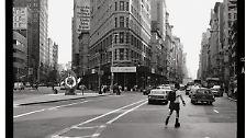… türmt sich ein Wald aus Gebäuden auf, die an den Wolken zu kratzen scheinen und die die Skyline der Stadt so unverwechselbar und einzigartig machen. Das erste spektakuläre Hochhaus der Stadt, das Flatiron Building, steht im spitzen Winkel zwischen Fifth Avenue und Broadway. 1902 fertiggestellt, misst es 95 Meter in der Höhe. Der Bau war erst nach der Erfindung des Fahrstuhls Mitte des 19. Jahrhunderts möglich.
