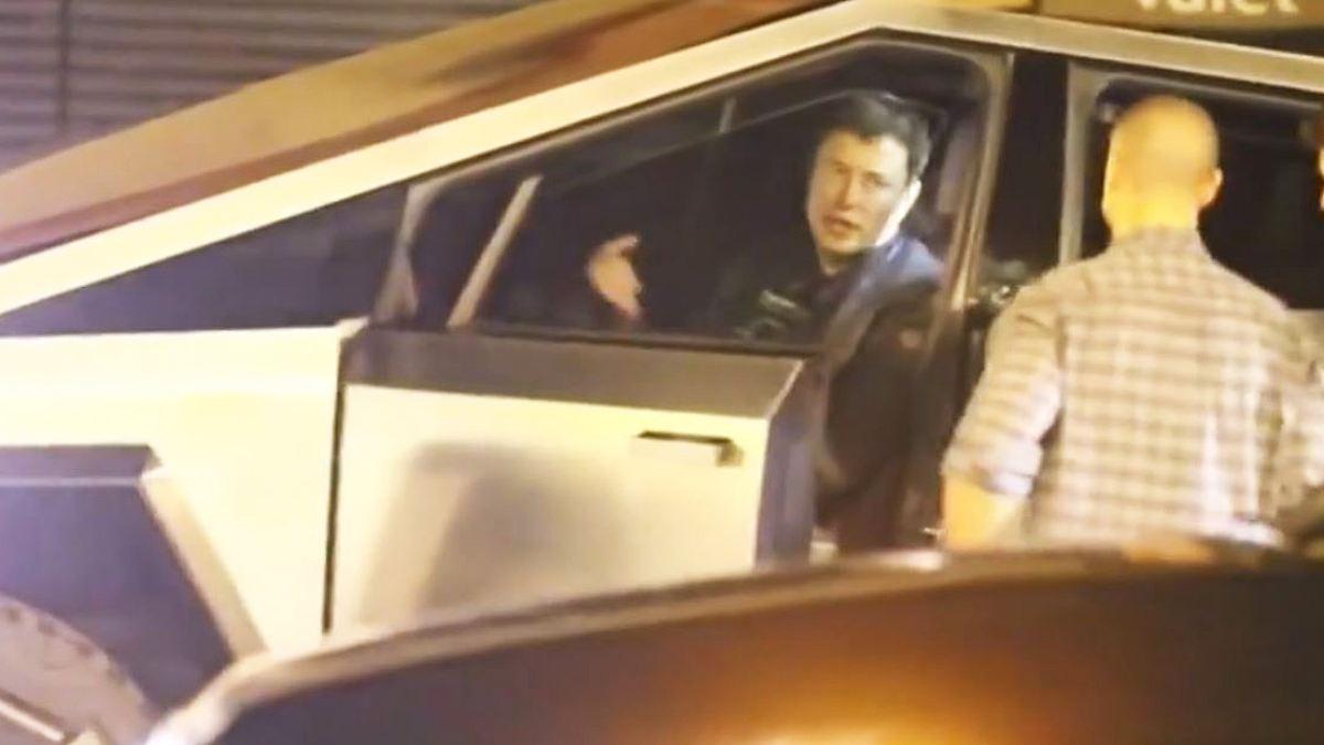 Musk rammt Verkehrsschild mit Cybertruck