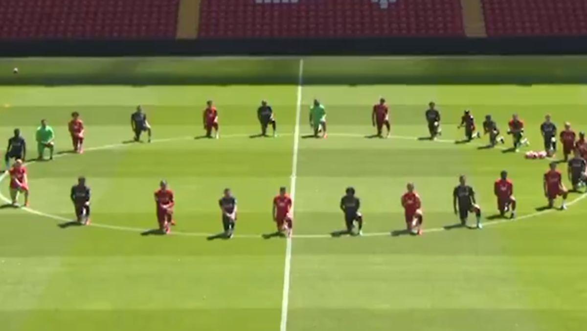 Der FC Liverpool geht auf die Knie