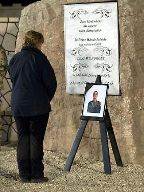 Merkel vor dem Bild des verstorbenen Soldaten.