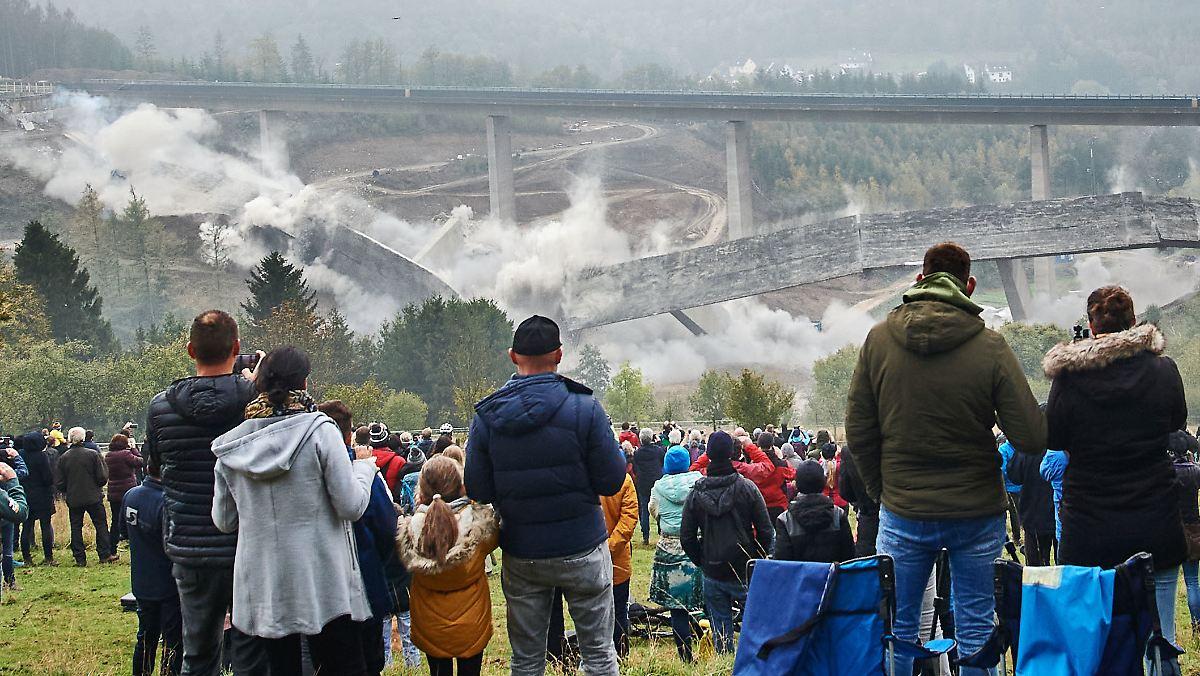 A45 bei Siegen gesperrt: Talbrücke Eisern lehrbuchmäßig gesprengt