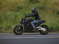 Alrendo Bravo TS: E-Motorrad mit viel Reichweite für wenig Geld?