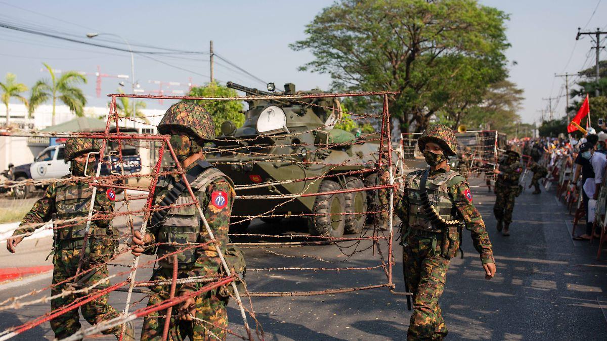 Militär sperrt Myanmars Internet:Auf friedliche Demonstration folgen Schüsse - n-tv NACHRICHTEN