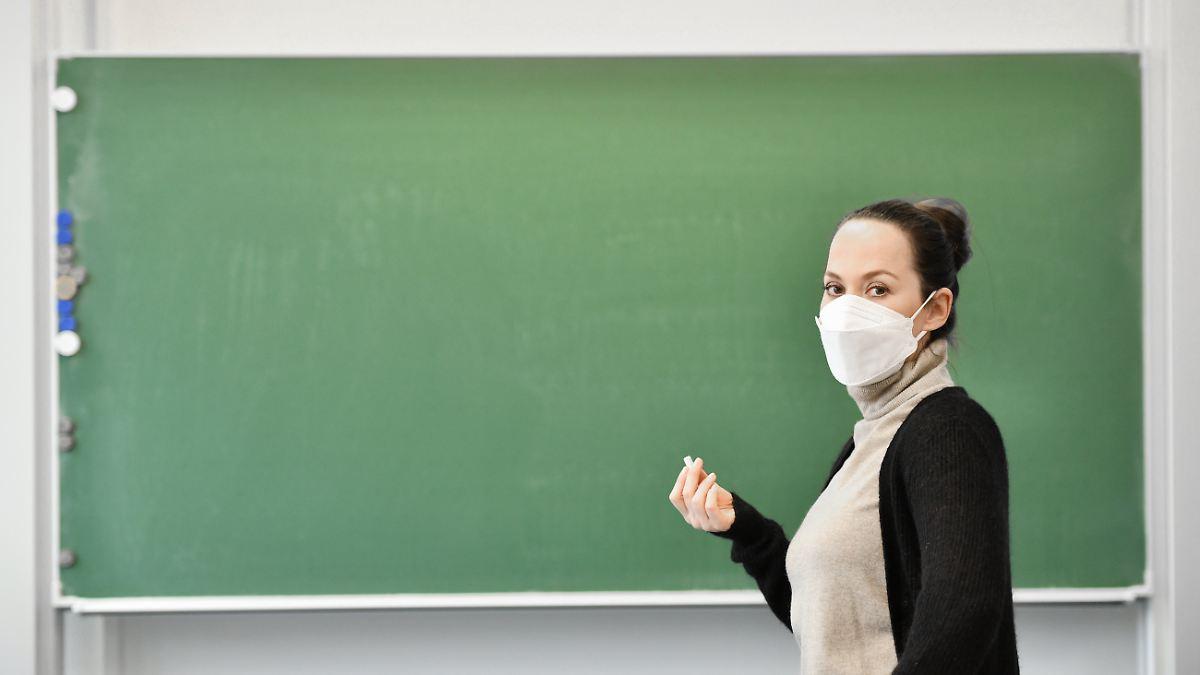 Entscheidung Anfang der Woche:Karliczek: Frühere Impfung für Lehrer - n-tv NACHRICHTEN